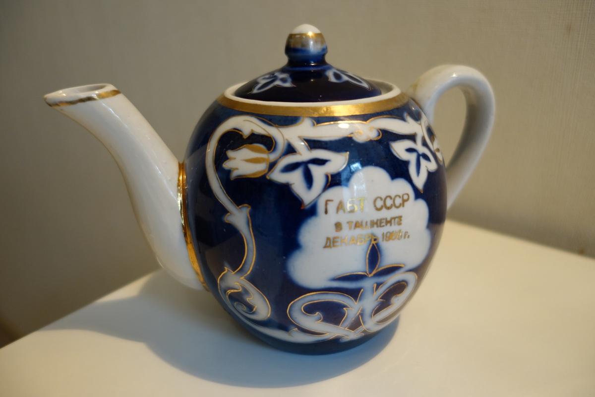 Toujours classe de boire son thé dans une théière ainsi estampillée...