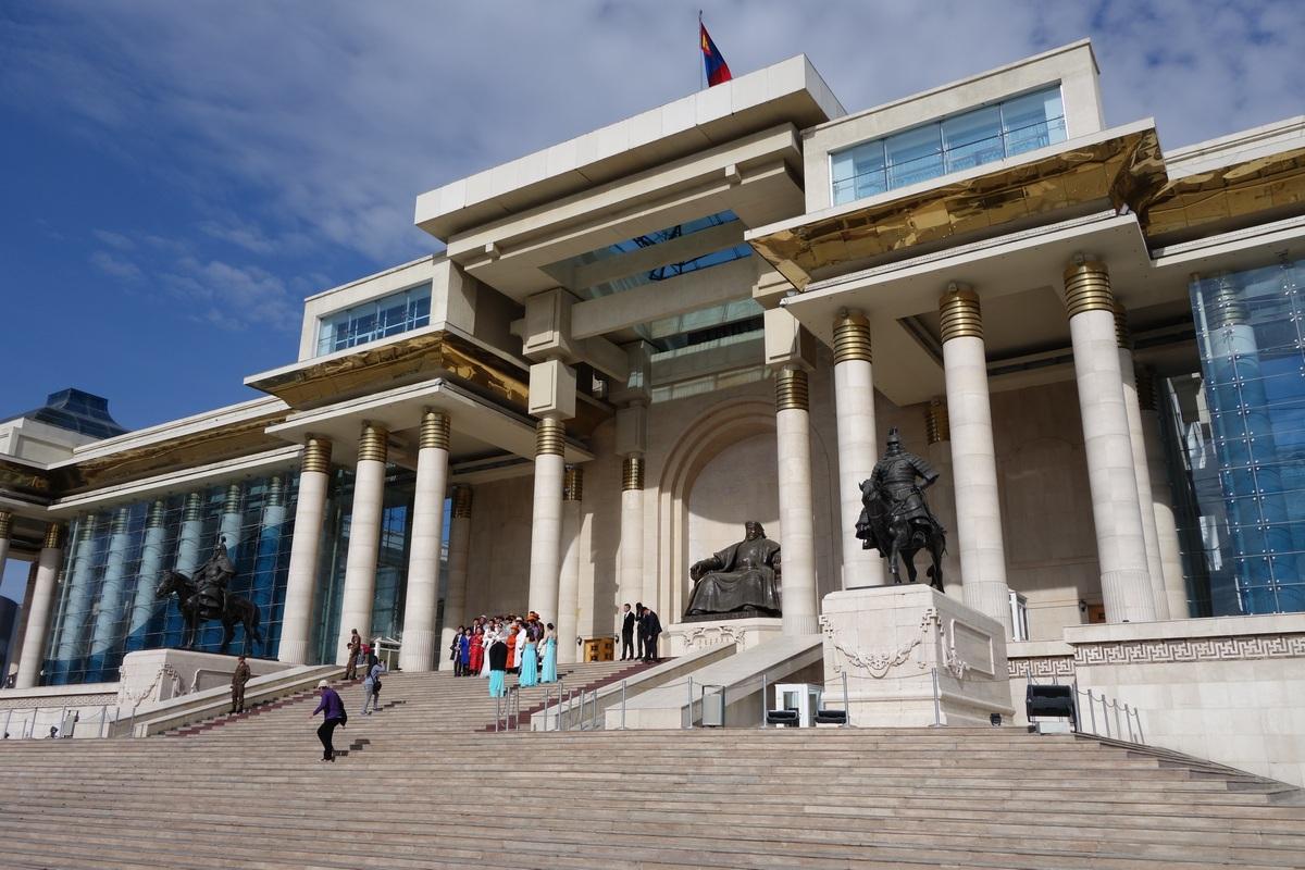 Parlement et siège du gouvernement (belle séparation des pouvoirs) sur la place Sukhbaatar