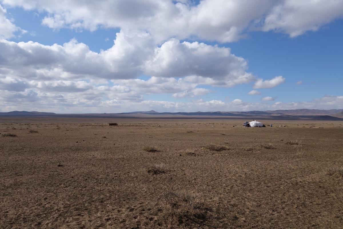 En quittant la capitale, nous respirons un peu en nous retrouvant face à un paysage de steppe infini