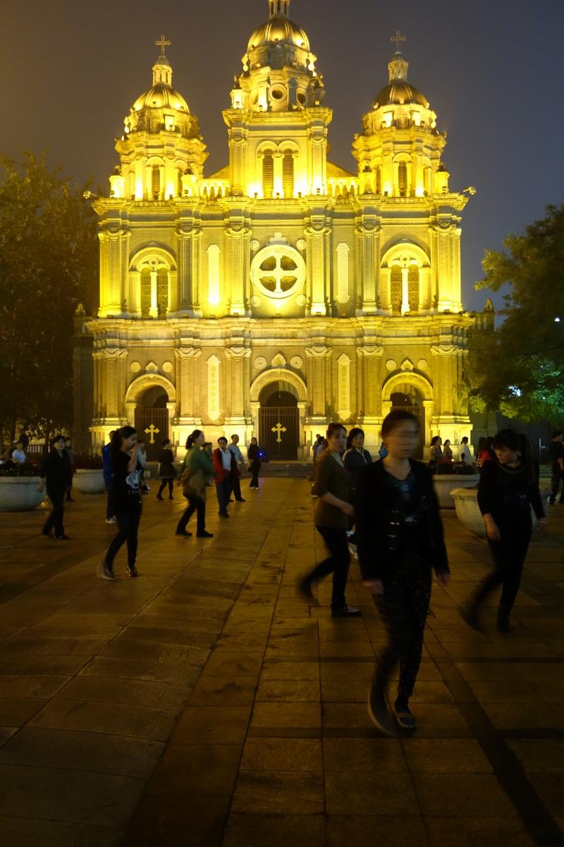 La nuit tombée, les pékinois décompressent en dansant sur les places publiques